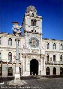 veduta della torre dell'orologio in piazza dei Signori