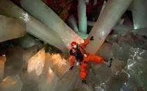 minatore nella cava dei cristalli giganti - messico