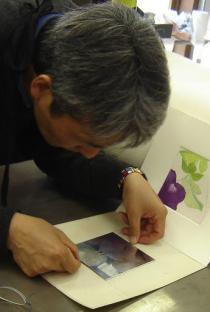 l'artista Miyayama Hiroaki al lavoro