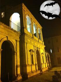 L'Odeo Cornaro di notte con disegno di luna e pippistrelli