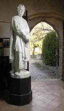 piano terra, statua del Petrarca